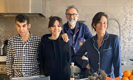 La famigliaBotturanella cucina di casa, che ospita le diretta diKitchen Quarantine, ogni sera alle 20.30. Con lo chef, da sinistra, i figliCharlieeAlexae la moglieLara Gilmore