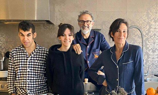 La famiglia Bottura nella cucina di casa, che ospita le diretta di Kitchen Quarantine, ogni sera alle 20. Con lo chef, da sinistra, i figli Charlie e Alexa e la moglie Lara Gilmore(foto Fine Dining Lovers)