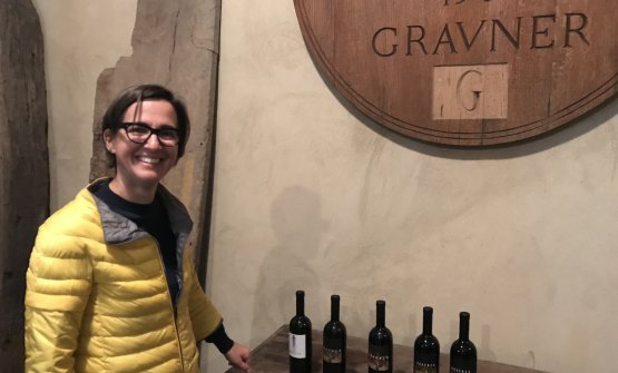 Mateja Gravner in cantina con alcun delle bottiglie degustate durante la nostra visita