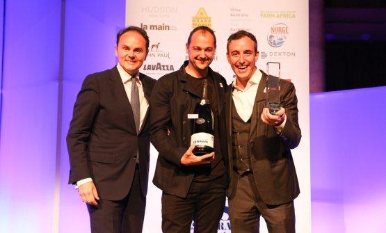 Matteo Lunelli consegna il premio Ferrari Trento Art of Hospitality a Daniel Humm e Will Guidara