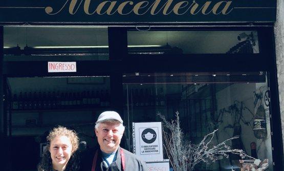 Caterina e Mauro Brun davanti all'ingresso della loro bottega