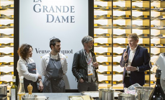Fabrizia Meroi, a sinistra, ascolta con attenzione lo chef de caveDominique Demarville