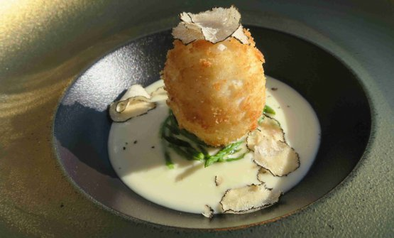 Crispy egg with a soft heart, with cream of Grana, wild asparagus and black truffle from Istria