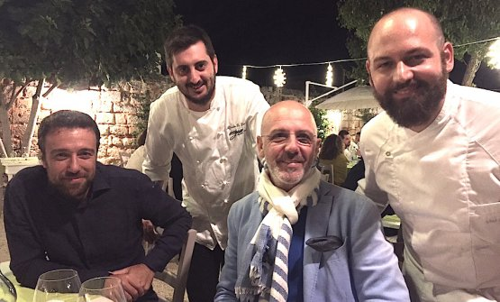 Foto ricordo di una piacevole serata dell'estate 2017 alle Cantine Menhir a Minervino di Lecce in pieno Salento. Da sinistra verso destra, Gianluca De Cristofaro del Ministero delle Politiche Agricole, lo chef Alfredo De Luca, il maestro pizzaiolo Franco Pepe e l'altro chef dell'Origano Vito Gaballo