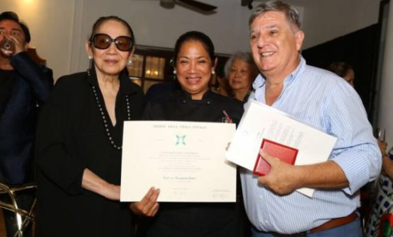 Margarita Forés trasua madre Maria e l'ambasciatore italiano Giorgio Guglielmino dopo aver ricevuto l'onorificenza (foto Inquirer)