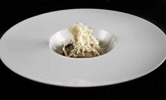 Spaghettoni al burro d'acciuga, formaggio di fossa e uva fragola sottaceto di Gianluca Gorini, chef/patron del ristoranteDaGorinidi Bagno di Romagna(Forlì-Cesena)
