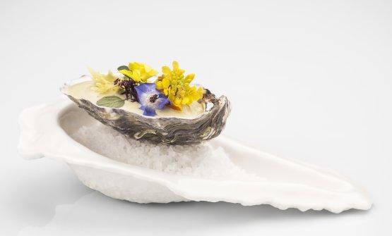 Ostrica di campo:al profumo di erba tagliata, si aggiunge l'acidità naturale dell'acetosella, un velo di salsa di pistacchio, badando bene di farcirle con una tartare di cernia. Ancora un mazzetto di fiori e l'ostrica contadina è servita