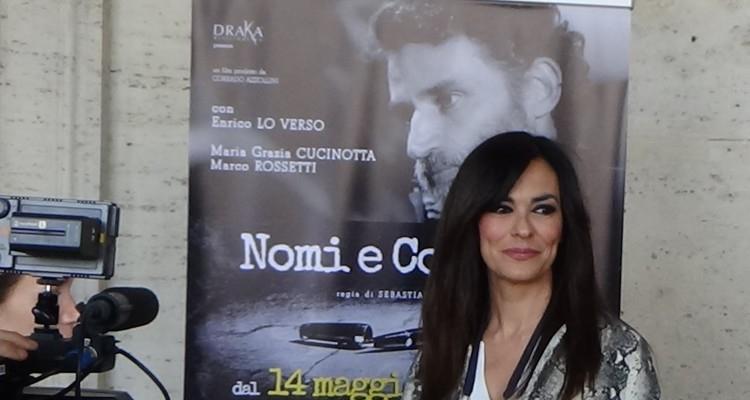"""La Cucinotta davanti alla locandina dell'ultimo film del quale è produttrice, """"Nomi e Cognomi"""""""