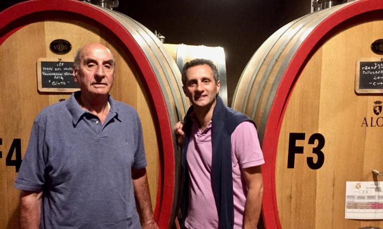 Michele e Massimo Alois, padre e figlio: sono i protagonisti di questa vicenda che incrocia dinastie, industria tessile, territorio e vitivinicoltura. Con un esito felice...