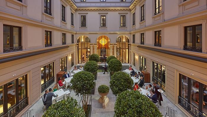 Il Mandarin Oriental, hotel 5 stelle lusso con alle spalle otto anni di lavori per l'apertura, ha portato a Milano un grande chef come Antonio Guida per affidargli il bellissimo ristorante Seta: è una delle novità più intriganti che hanno arricchito la scena gourmet della città tra l'estate e il mese di settembre