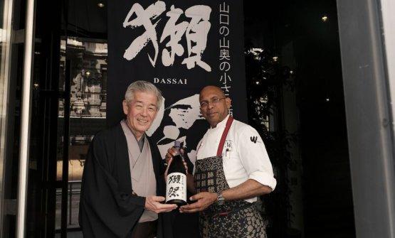 A destra,Wicky Priyan,chef del ristorante Wicky's Wicuisinea Milanocon Hiroshi Sakurai, patron dell'azienda Asahi Shuzò, maisondel sake Dassai