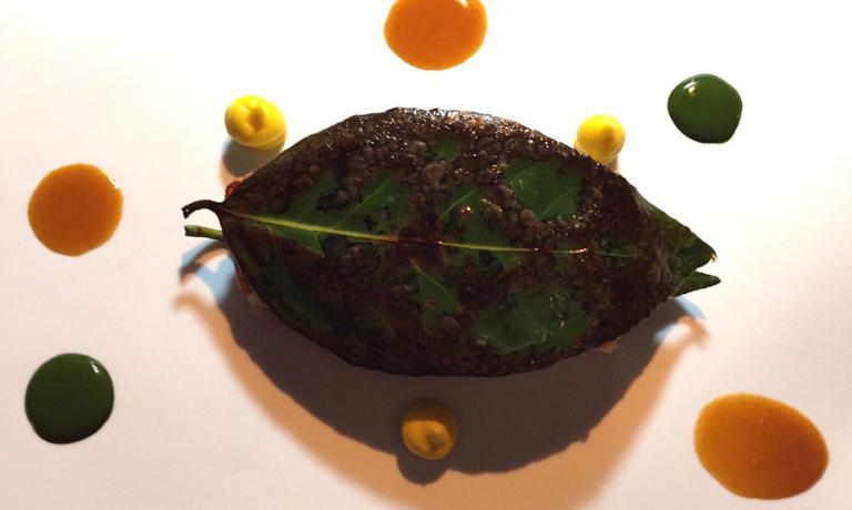 La TRIGLIA, filetti di triglia, alloro, maionese al mandarino e fondo dei suoi scarti, una delle proposte del menù Gastronavicella di Christian Milone a Pinerolo