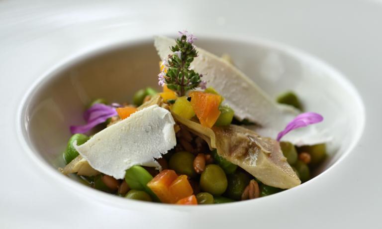 Il piatto di Pietro Zito, chef del ristorante Antichi Sapori di Andria, è un riassunto dei sapori della primavera e un perfetto esempio della filosofia di questa insegna