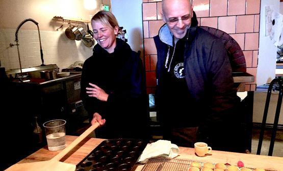 Sarah Minnick e Franco Pepe nella pizzeria di lei a Portland. Foto di Luciano Furia