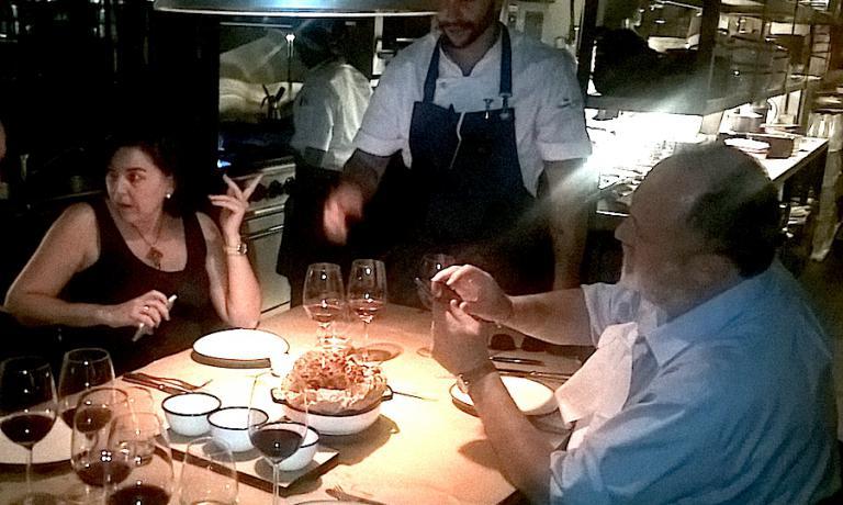 A cena al Mishiguene nel dicembre 2016 a Buenos Aires, con la giornalista Julia Perez Lozano e lo chef di casa Tomas Kalika
