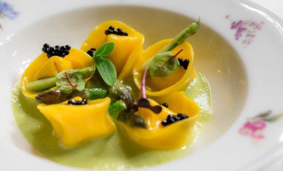 Tortelli ripieni di zabaione di formaggio Asìno, caviale di tartufo nero e asparagi verdi
