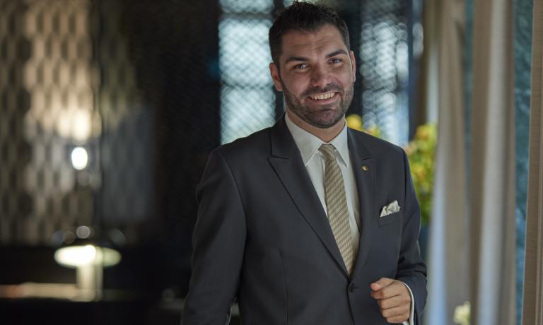 Alberto Tasinato, nato a Ivrea nel 1985, oggi è restaurant manager del ristorante Seta del Mandarin Oriental hotel di Milano. Dopo l'alberghiero di Biella, inanella esperienze significative al Trussardi alla Scala con Andrea Berton, al Plateau di Londra, al Pellicano con Antonio Guida, al V Piano al fianco di Matteo Torretta. Cura il pre-opening del ristorante Berton Milano come direttore. A dicembre 2015, l'approdo al Mandarin, ancora con Antonio Guida