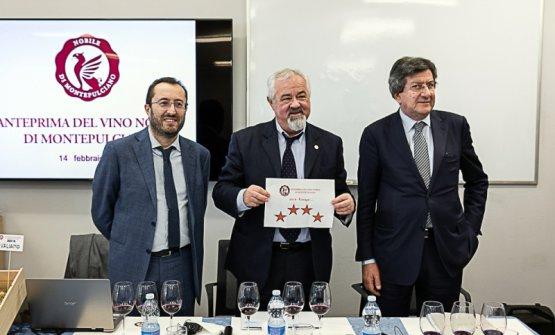Da sinistra il sindaco di Montepulciano Andrea Rossi, il presidente del Consorzio Piero di Betto e l'enologo Franco Bernabei: l'annata 2018 è da 4 Stelle