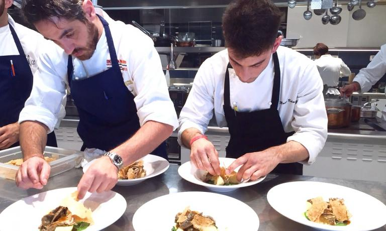 A destra, Matteo Rubini, giovane sous-chef romagnolo. Sta impiattando la sua preparazione, premiata per il migliore abbinamento, con l'aiuto di Domenico della Salandra