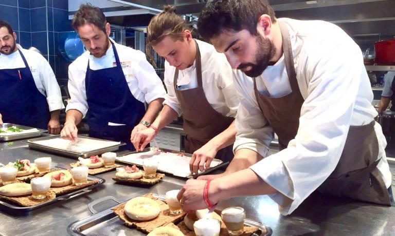 Riccardo Gaspari ieri all'Alice milanese mentre impiattava il suo Pizza Moretti, ossia il piatto che gli ha consentito di aggiudicarsi la quinta edizione del Premio Birra Moretti Grand Cru