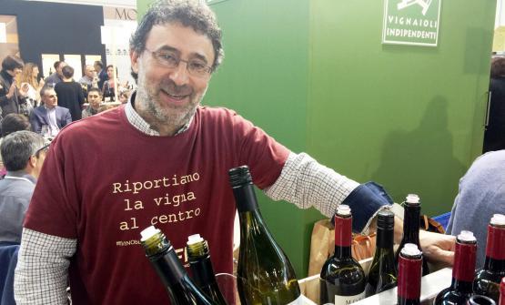 Il sorriso di Gaetano Morella, che indossa una maglietta che dice molto sulla filosofia di produzione