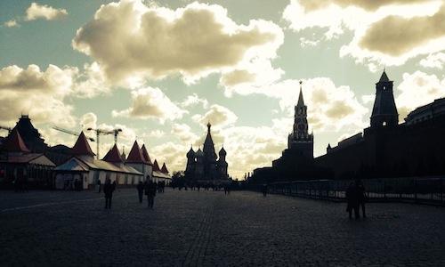 Un'immagine della Piazza Rossa al tramonto, con la