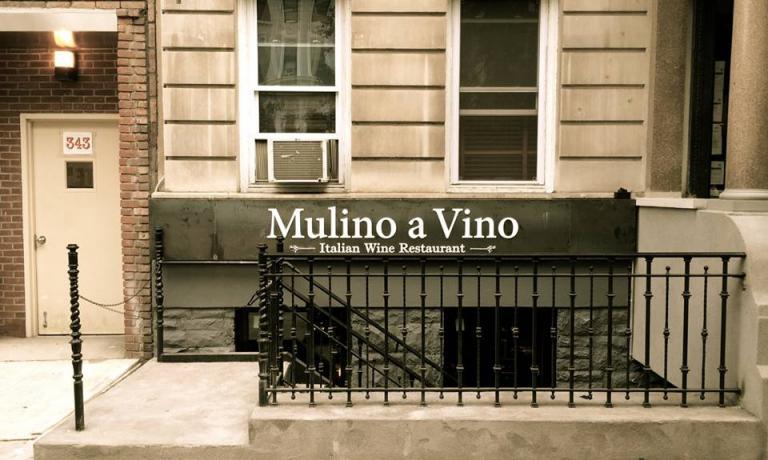 L'insegna del Mulino a Vino, con la classica scala che conduce all'ingresso