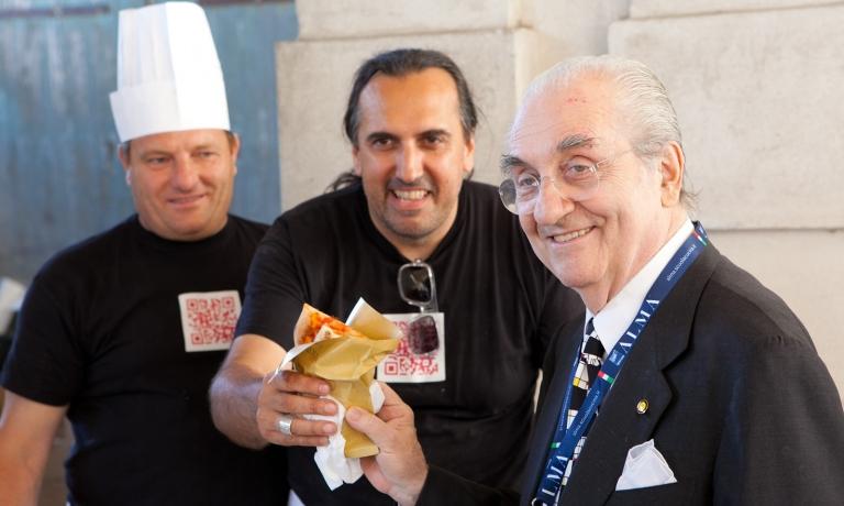Al centro, Giovanni Mandara in uno scatto d'archivio con Gualtiero Marchesi
