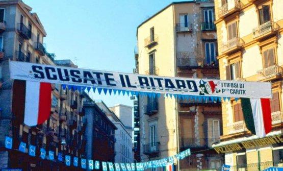 Il 10 maggio 1987 il Napoli vinse il suo primo scudetto, bramato e inseguito da sempre. Tra gli striscioni più belli, uno recitava: Scusate il ritardo