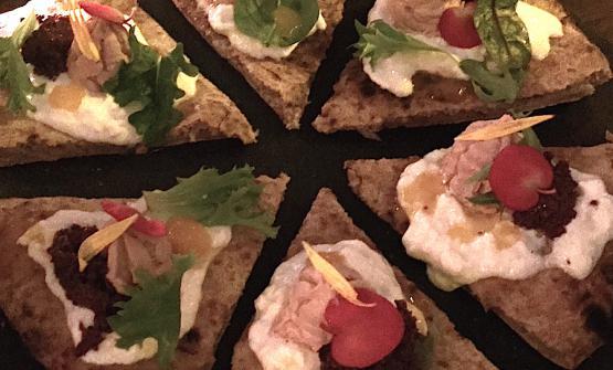 Parisienne, parigina, così Gennaro Nasti ha chiamato, lo scorso 14 marzo, la prima sua pizza creativa servita al Bijou dopo una classica apertura nel segno della Margherita: Stracciatella, caviale di olive caiatine, crema di foie gras, riduzione di frutto della passione