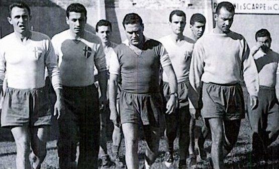 Nereo Rocco, leggendario allenatore triestino, qui unico in maglia scura, che nel campionato di calcio di serie A 1957/58 portò il Padova al terzo posto, suo miglior risultato di sempre. Fino al 1994 il Padova giocò allo stadio Appiani, soprannominato La fossa dei leoni tanto vicini erano i tifosi al terreno di gioco