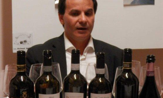 Nino Cambria con alcune delle sue etichette