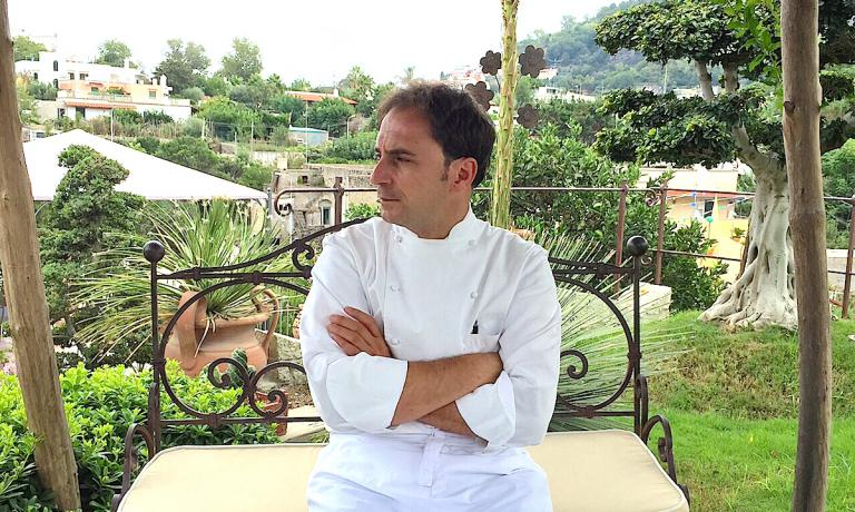 Nino Di Costanzo ritratto nel giardino che è un po' l'anticamera a cielo aperto del suo ristorante a Ischia, il Danì Maison