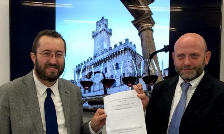 Il sindaco di Montepulciano Andrea Rossi e il presidente del Consorzio Andrea Natalini all'annuncio delle Quattro Stelle per l'annata 2016