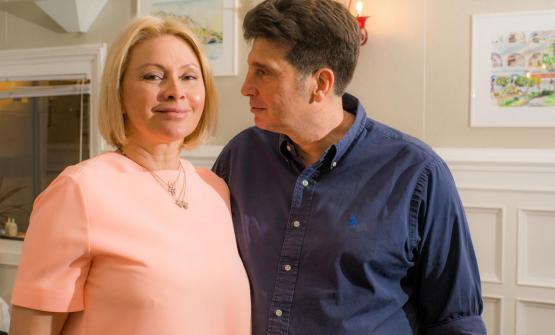 Stefano Chinappi con la moglie Elena, che lo aiuta a curarela sala