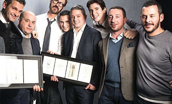 A souvenir photo of the managing council of Noi di Sala at Identità Golose 2015 in Milan, when they gave life to a fun and to-the-point show. In the middle, wearing shirt and tie, actor Marco Giallini. To his right, Marco Amato and Alessandro Pipero; to his left Matteo Zappile, president Marco Reitano, Davide Merlini, Luca Boccoli and Rudy Travagli. Photo Brambilla-Serrani