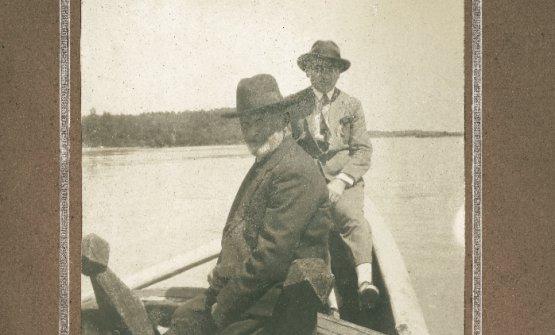 Il nonno e il padre di Gualtiero Marchesi in barca lungo il Po. Le loro radici affondano a San Zenone al Po, comune di 625 anime sulla sponda sinistra del Grande Fiume, proprio dove lo stesso accoglie l'Olona