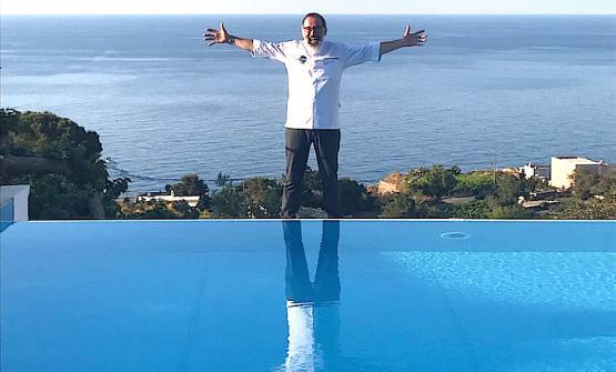Un gran bel ritratto di Norbert Niederkofler ai bordi della piscina dell'hotel Ravesi a Salina