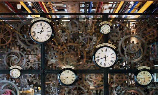 Gli orologi con i fusi orari del caffè nel ristorante Condividere (foto Andrea Martiradonna)