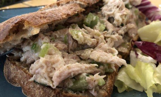Ciabatta croccante farcita con insalata di pollo: èmantecata alla perfezione e ha la spinta sapida diun ingrediente segreto