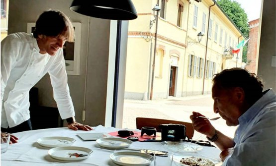 Davide Oldani nel Tinello, qui in uno scatto pubblicato su Instagram con l'artista Maurizio Galimberti