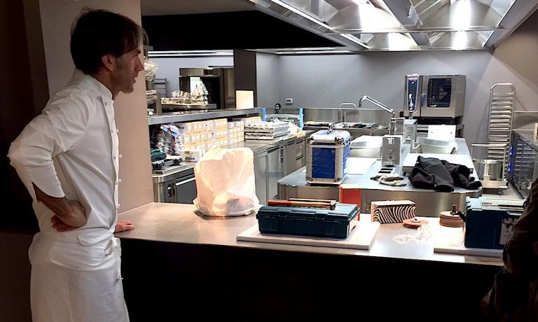 La prima cosa che Davide Oldani ha mostrato con orgoglio, non appena entrati nella nuova sede del suo ristorante, che si chiamerà D'O e basta, non più D'O La tradizione in cucina, è stata la nuova cucina. E non poteva essere altrimenti. Per un cuoco il luogo che racchiude forni e fuochi sono il cuore di un locale