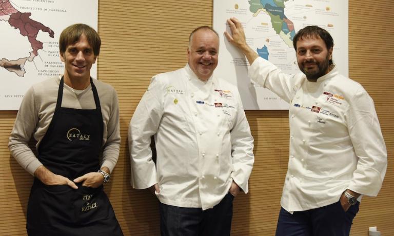 Due dei protagonisti della Scuola, Davide Oldani e Ugo Alciati, insieme a Tony Mantuano in occasione di un evento Eataly-Identità Golose, durante Expo