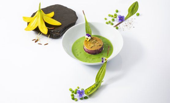 La natura parla, l'esperienza traduceè l'ultimo piatto creato daSimone Cantafio, classe 1986, chef del Michel Bras a Toya. Lo ha presentato a un congresso nipponico, racconta la sua vita tra Calabria, Francia e Giappone
