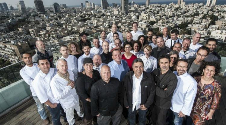 Foto di gruppo degli chef creativi di Tel Aviv che partecipano a Open Restaurants: l'evento, che apre le porte delle cucine nei locali pi� trendy della citt�, verr� presto esportato anche in Europa