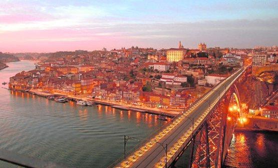 Una vista di Porto, una delle tappe della seconda parte del racconto di Enzo Palladini, partito da Milano alla volta di Siviglia, da dove, seguendo una strada diversa, è rientrato in Italia