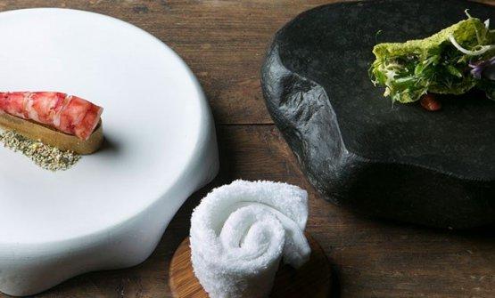 Il signature dish di Edoardo Fumagalli:Gambero carabiniere, animelle glassate, croccante alle alghe e insalatina aromatica