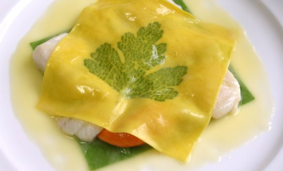 "Raviolo aperto, «it's basically a creative blasphemy because it's like a single portion lasagna» (Paolo Marchi). ""Raviolo aperto shows, above all, a changing of roles: a light veil of pasta, through which one can see a leaf of parsley, hides (and limits to a subordinate position) ""noble"" ingredients which should have had more importance given their culinary status... Pasta becomes the distinctive element: apart from the appearance, the most important fascinating element is this symbolic new arrangement, with a meaningful title which, in fact, only mentions the heterodox ravioli"". Gualtiero Marchesi, La cuisine italienne réinventée, Paris, Laffont, 1983"