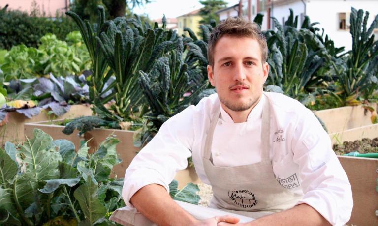 Il pizza-chef Alberto Morello, 26 anni, tra le verdure del suo nuovo orto, a Este (Pd)
