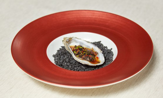 Steamed Chinese Oyster, un'ostrica al vapore con limone, soia nera e peperoncino (foto di Daniele Mari)